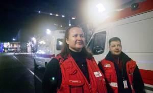 SPR:n Jokela-Nuppulinnan osaston Anja Kärkkäinen ja Kontulan osaston Sami Salmela  sekä ambulansseja Mannerheimin patsaan lähellä.