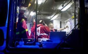 Mika Strönman tarkkailee tilannetta päivystyslinja-autossa.
