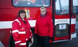 Katri Leino-Nzau ja Titta Eloranta pelastusajoneuvon edessä.