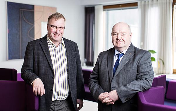 Kyberturvallisuuden varautumispäällikkö Erkki Räsänen ja infrastruktuuriosaston johtaja Sauli Savisalo Huoltovarmuuskeskuksesta.