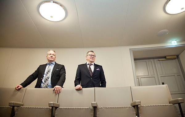 Tekninen asiantuntija Aarni Ojala ja turvallisuusjohtaja Jukka Savola Eduskunnassa.