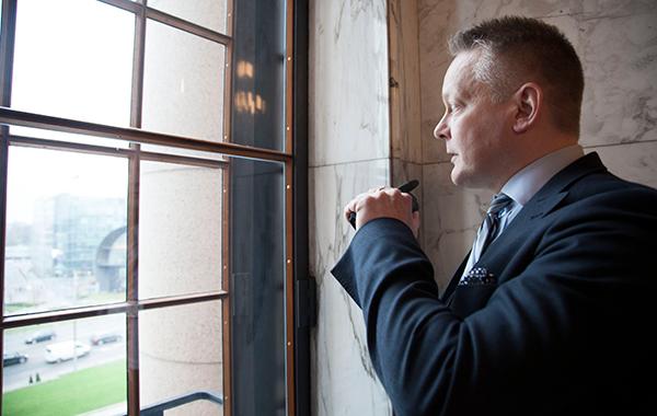 Aarni Ojala katsoo Eduskunnan ikkunasta Mannerheimintietä.
