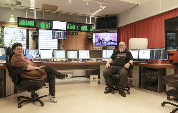 Kytkentäkeskus, jossa runsaasti erilaista informaatiota välittäviä näyttöjä. Kuvassa myös Ann Wennström ja Mikko Ahmio.