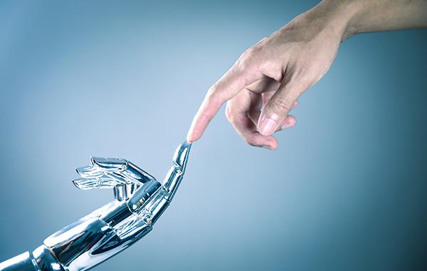 Robotin sormi ja ihmissormi kohtaavat toisensa.