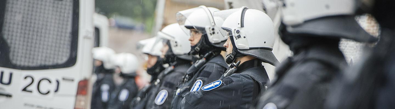 Poliiseja mellakkavarustuksessa.
