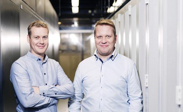 DNA:n laitetilaryhmän projektipäällikkö Petri Kiiskinen ja Erillisverkkojen tuotantopäällikkö Esa Wörlin konesalissa.