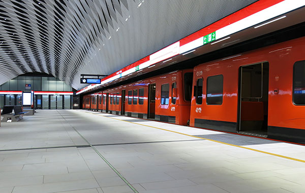 Metrojuna on pysähtynyt Länsimetron asemalla.