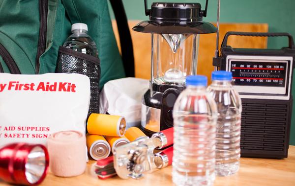 Kotivaratuotteita: vesipulloja, ensiapulaukku, paristoja, paristokäyttöinen radio, taskulamppu, myrskylyhty.