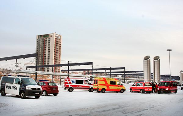 Poliisi-, ambulanssi- ja paloautoja talvisessa kaupungissa.