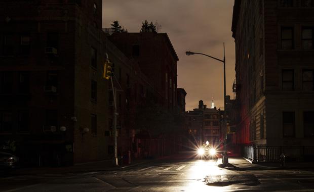 Auton valot loistavat öisen kaupungin kadulla.