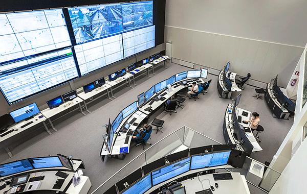 Ylhäältä otettu kuva liikenteenohjauskeskuksen salista.