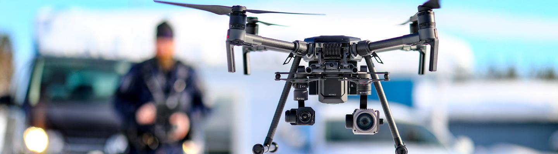Poliisi lennättää dronea.