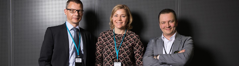 Harri Holma (vas.), Henna Virkkunen ja Antti Kauppinen puhuivat viranomaisviestinnästä ja sen tulevaisuudesta Erve Foorumissa järjestetyssä paneelikeskustelussa.