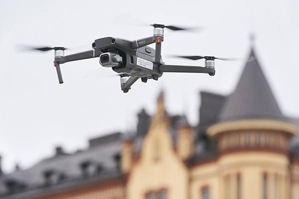 Drone lentää taustallaan vanha kerrostalo.