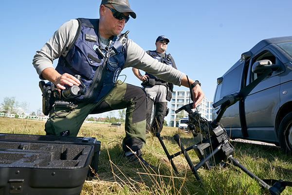 Vanhempi konstaapeli Hannu Huhta-aho (edessä) ja vanhempi konstaapeli Tero Mettälä tarkastavat dronen.