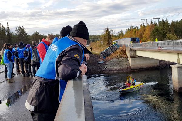 Harjoitustilanne, jossa sillalta tarkkaillaan pelastustoimia veden varaan joutuneiden matkustajien auttamiseksi.