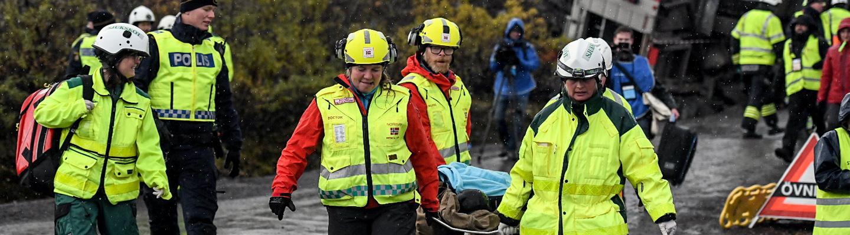 Pelastusharjoitus käynnissä. Paikalla useita poliiseja ja pelastajia. Yhtä uhria kannetaan paareilla.