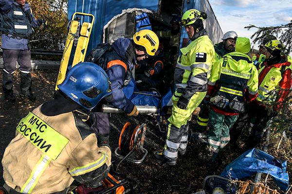 Pelastusharjoituksessa yhteistoiminnassa henkilöstöä Pohjoismaista ja Venäjältä.
