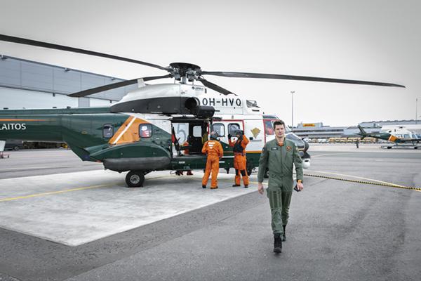Rajavartiolaitoksen Puma-helikopteri kentällä.