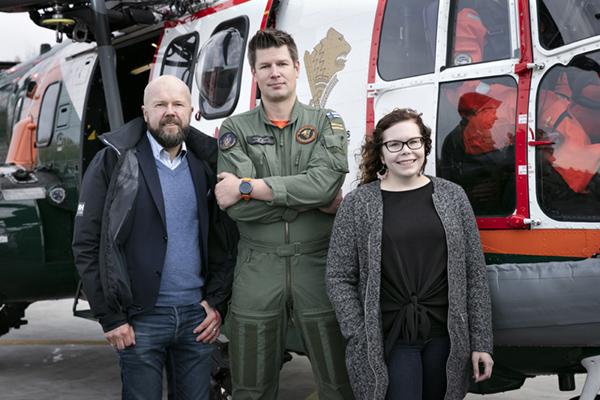 Kimmo Komulainen, Mikko Ketonen ja Reetta Siltasalmi-Kautto Puma-helikopterin edessä.
