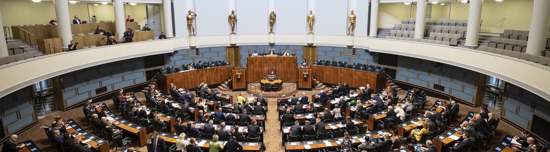 Kansanedustajat Eduskunnan täysistuntosalissa.