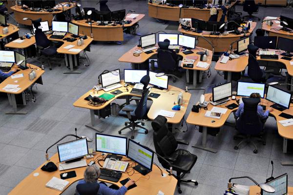Hätäkeskuspäivystäjät työpöytiensä ääressä.