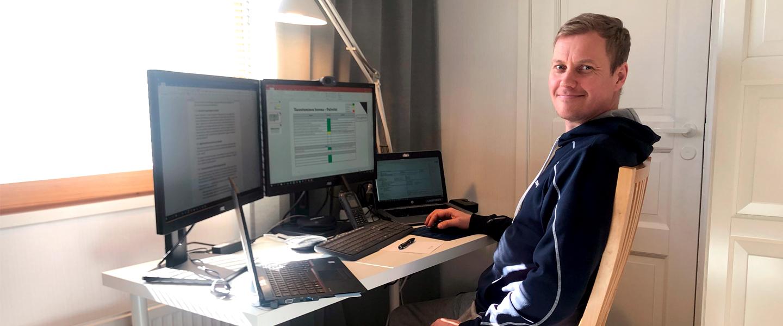 Esa Wörlin työpöydän ääressä.