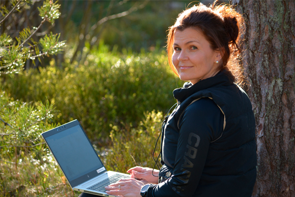 Mari Fallström tekee etätöitä kotipihallaan.