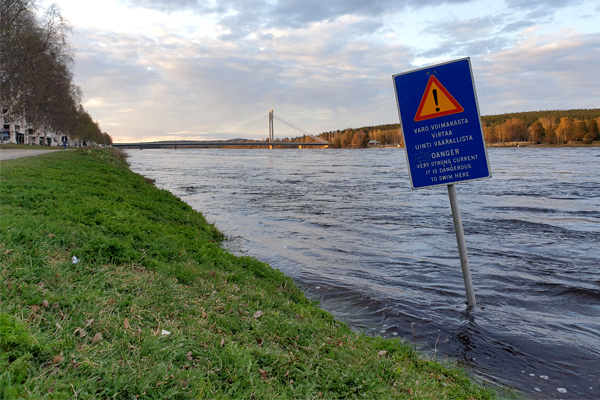 Kemijoen vesi on noussut korkealle Rovaniemellä.