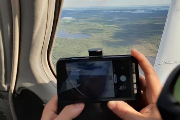 Näkymä palolennolta lentokoneen ikkunasta.