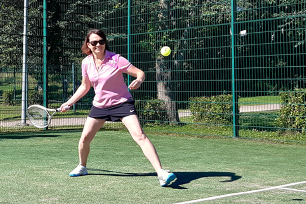 Susanna Viljanen pelaa tennistä.