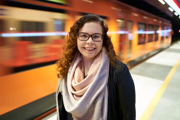 Erillisverkkojen palvelumuotoilija Reetta Siltasalmi-Kautto metroasemalla.