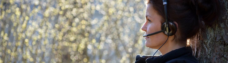 Mari fallström metsässä kuulokkeet korvillaan.