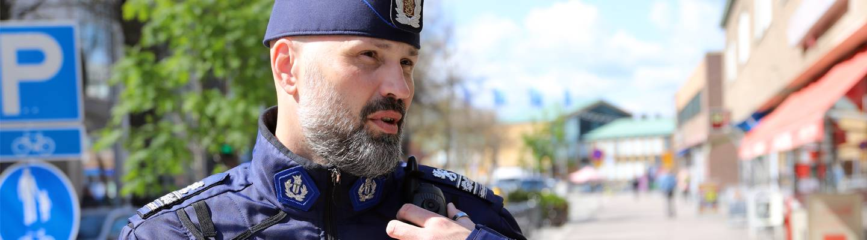 Poliisi kaupungin kadulla.