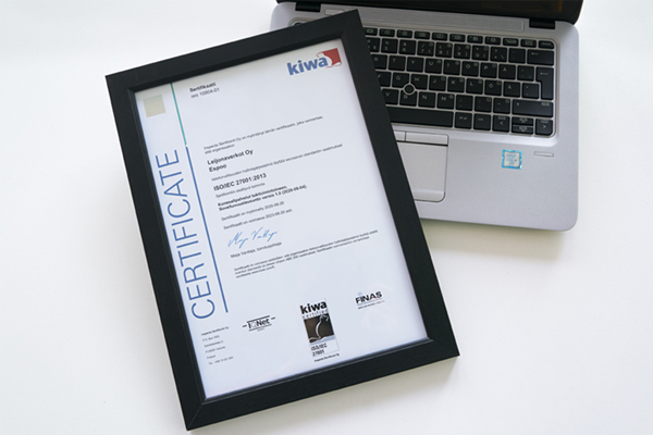 Kiwa Inspectan myöntämä kansainvälinen ISO/IEC 27001 -sertifikaatti kehyksissä.