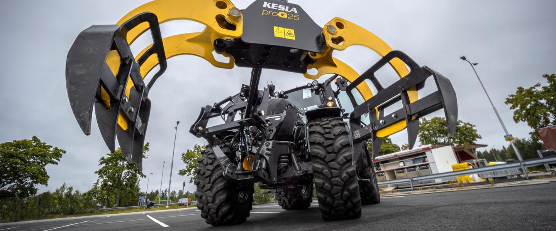 Etäohjattava traktori kulkee tiellä.
