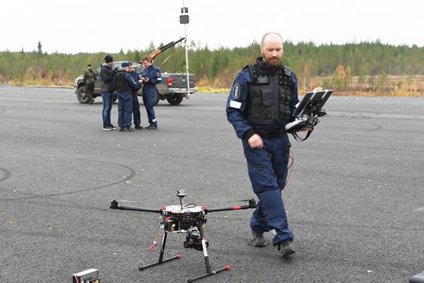 Centrian kehitysinsinööri Pentti Eteläaho esiintyi PRIORITY-videolla poliisina. Taustalla taktisen kuplan synnyttämisessä käytetty auton lavalle pystytetty tukiasema.