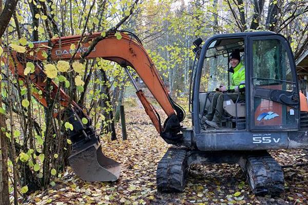 Joel Lehtomäki ohjaa kaivinkonetta kotipihallaan.