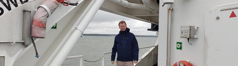 Erillisverkkojen kehityspäälllikkö Joel Lehtomäki seisoo laivan kannella.