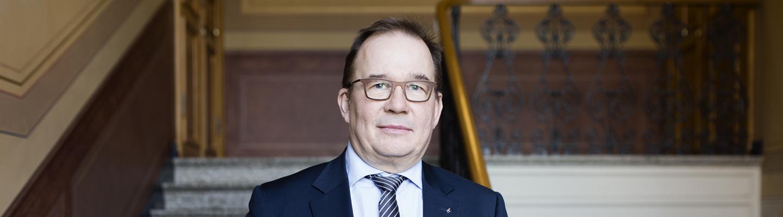 Suojelupoliisin päällikkö Antti Pelttari seisoo porraskäytävässä.