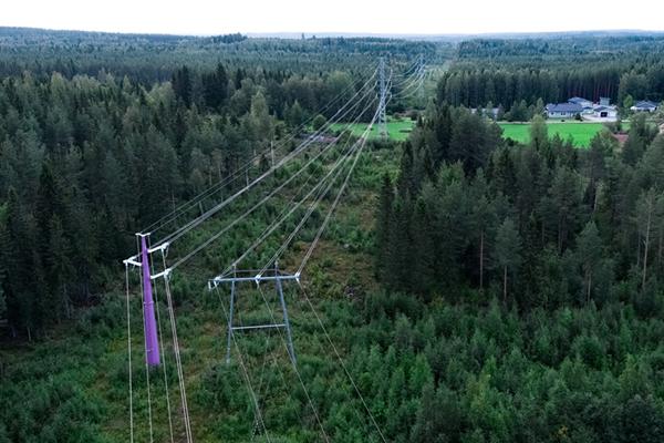 Kajave-yhtiön sähkölinja kuvattuna ilmasta Vuokatin maisemissa.