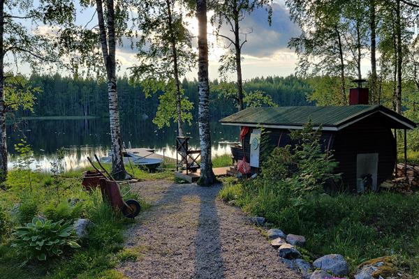 Katja Lammisen kesämökin saunarakennus järven rannalla.
