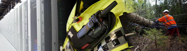 Konesali, Virve-puhelin vartijan taskussaja mies raivaavassa sähkölinjoille kaatuneita puita.