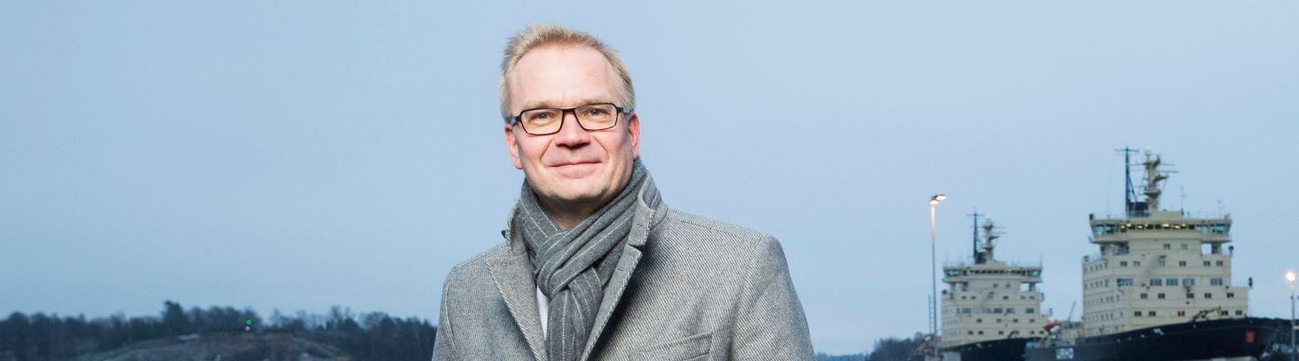 Toimitusjohtaja Tio Lehtimäki meren rannassa.