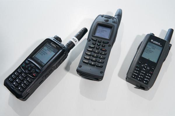 Virve-puhelimia pöydällä.