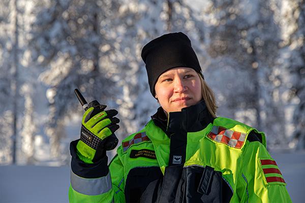 Kirsti Heikkala pitelee Virve-puhelinta kädessään.