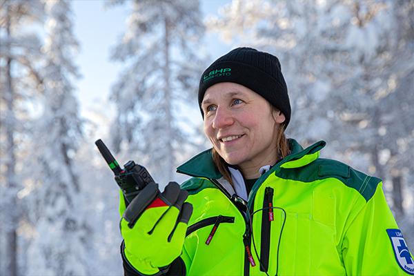 Ritva Ronkainen pitelee Virve-puhelinta kädessään.