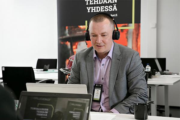 Antti Kauppinen työskentelee läppärillä toimistolla.