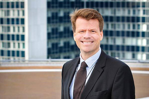 Aaro Toivonen hymyilee toimistolla.