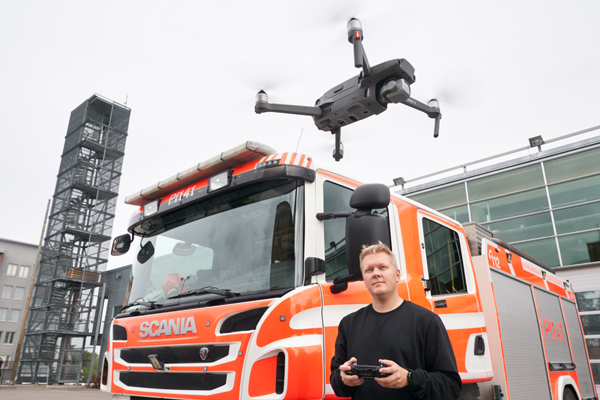 Erillisverkkojen asiakkuuspäällikkö Mauri Kataja esittelee dronen toimintaa pelastuslaitoksella Tampereella.